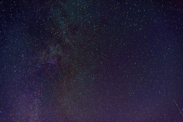 Wielobarwne gwiaździste niebo z wieloma gwiazdami i drogą mleczną nocą. naukowa astrofotografia kosmosu z galaktykami, mgławicami i konstelacjami