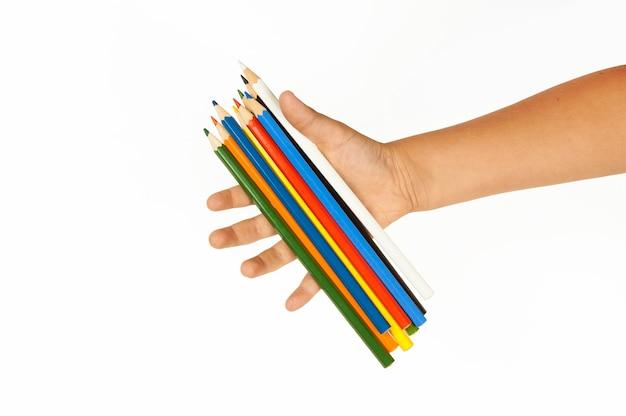 Wielobarwne ołówki w ręku na białym tle