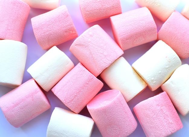 Wielobarwne pianki. widok z góry. tło lub tekstura kolorowe niebieskie i różowe pianki.