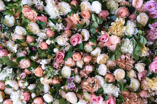Wielobarwne piękne sztuczne kwiaty