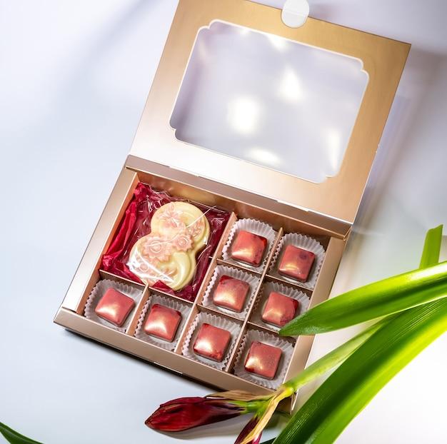 Wielobarwne, pięknie zdobione ręcznie robione cukierki z nadzieniami.