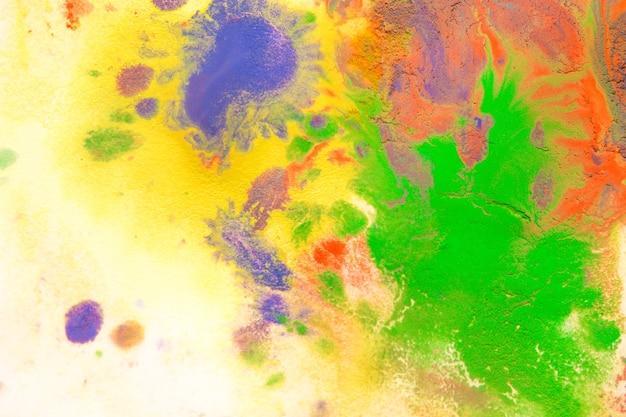 Wielobarwne plamy z farby kapie, rozpryski mieszają się. abstrakcyjne tło