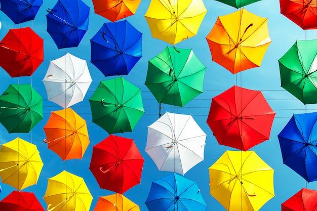 Wielobarwne pływające parasole