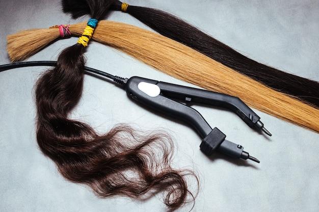 Wielobarwne przedłużanie włosów i szczypce z bliska