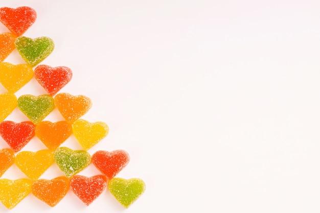 Wielobarwne serduszka gummy w cukrze na białym tle