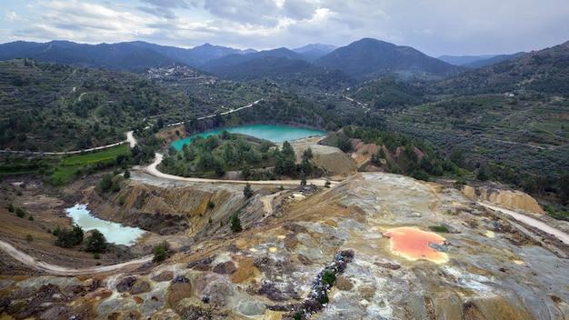 Wielobarwne skały odpadowe i odpady z wydobycia w pobliżu opuszczonej kopalni memi w xyliatos na cyprze. obszar ten jest bogaty w złoża miedzi i siarczków