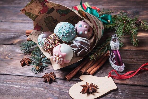 Wielobarwne słodkie ciasto wyskakuje z dekoracjami świątecznymi