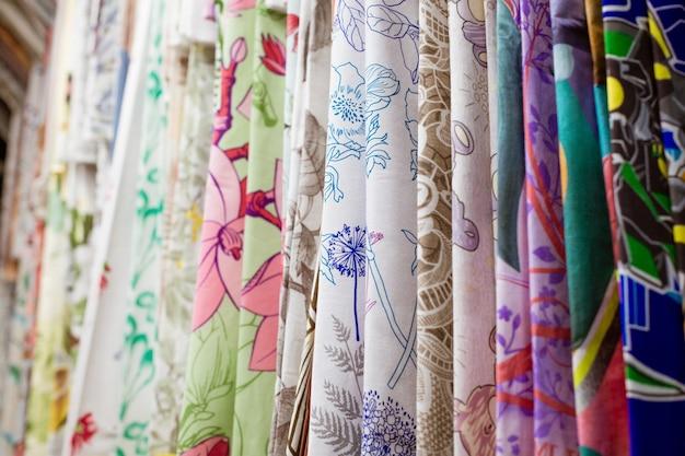 Wielobarwne tkaniny w sklepie z bliska wiszące