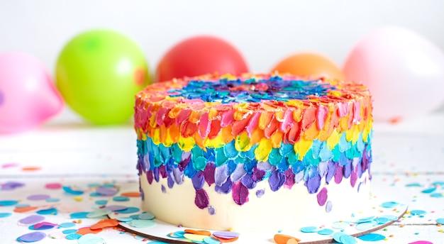 Wielobarwny jasny tort na przyjęcie dla dzieci. koncepcja wakacje i imprezy.