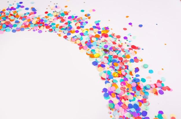 Wielobarwny małe konfetti na białym tle. widok z góry.
