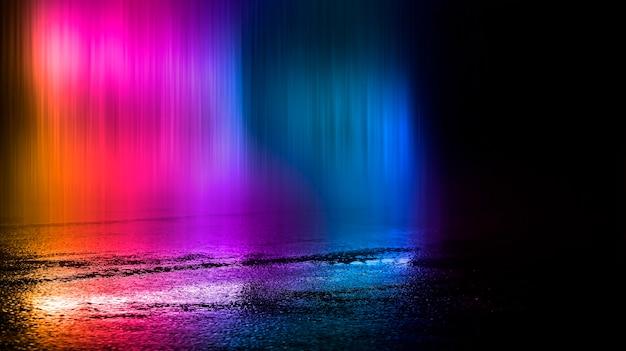 Wielobarwny neony na ciemnej ulicy miasta odbicie światła neonowego w kałużach i wodzie abstrakcyjne tło nocy