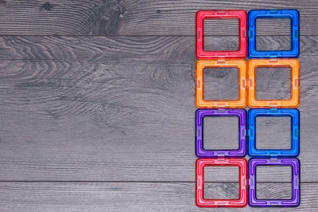 Wielobarwny plastikowy magnetyczny projektant lub konstruktor dla dzieci.