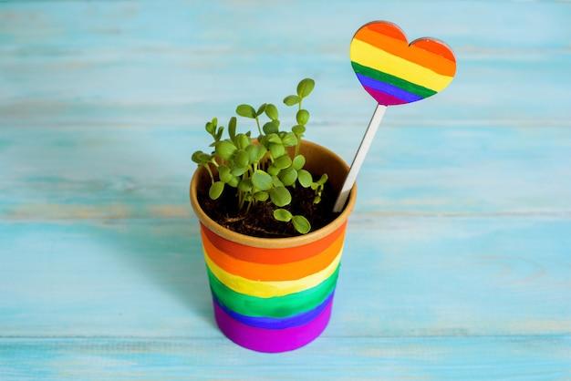 Wielobarwny rysunek farbami. tęcza doniczkowa, młode kiełki, kolorowy kwiatek. wielobarwny rysunek farbami. jasna karta równość między. koncepcja lgbt. lesbijka wesoły, biseksualny transseksualista