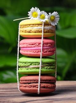 Wielobarwny stos cukierków makaronik z kwiatami na górze