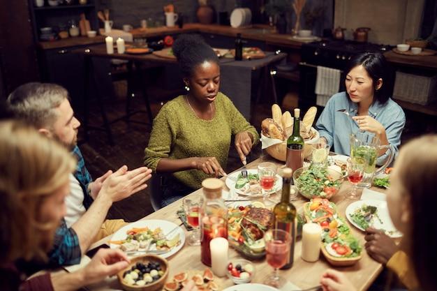 Wieloetniczna grupa ludzi na obiedzie