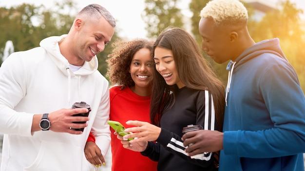 Wieloetniczna grupa ludzi nastoletnich przyjaciół. student afroamerykański, azjatycki, kaukaski spędzający razem czas przyjaźń wielorasowa