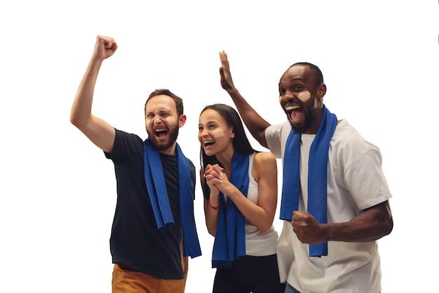 Wieloetniczne kibice piłki nożnej dopingują ulubioną drużynę sportową jasnymi emocjami