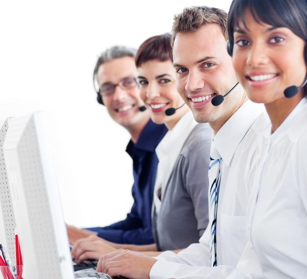 Wieloetniczni przedstawiciele obsługi klienta z zestawem słuchawkowym