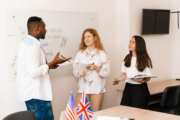 Wieloetniczni uczniowie i nauczyciele uczą się razem języków obcych w klasie