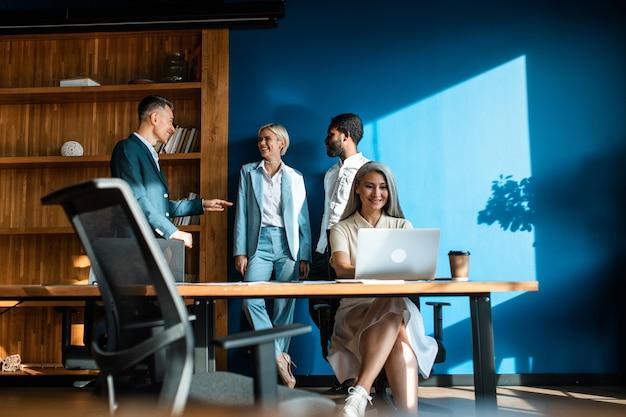 Wieloetniczny zespół biznesowy grupa pracowników pracujących razem nad projektem w biurze