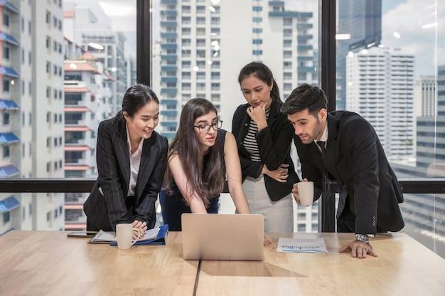 Wieloetniczny zespół biznesowy omawiający i burzy mózgów dotyczący biznesplanu