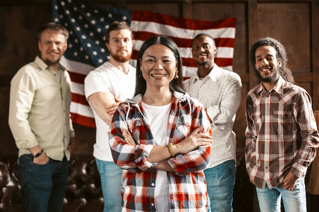 Wieloetniczny zespół młodych amerykańskich przedsiębiorców cieszy się z udanego uruchomienia