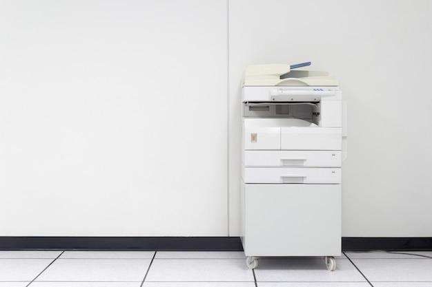 Wielofunkcyjna drukarka laserowa w biurze