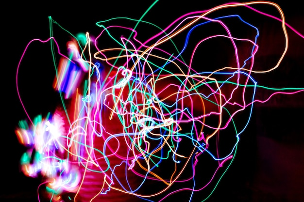 Wielokolorowa fotografia malowania światłem, kolorowe obrazy światła w nocy
