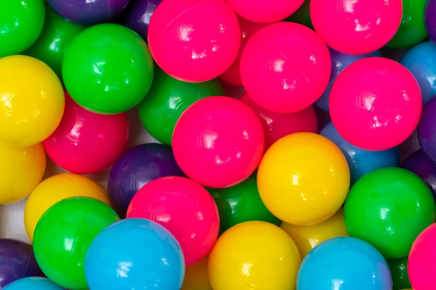 Wielokolorowa piłka plastikowa w żywych kolorach w stacji do gry dla dzieci.