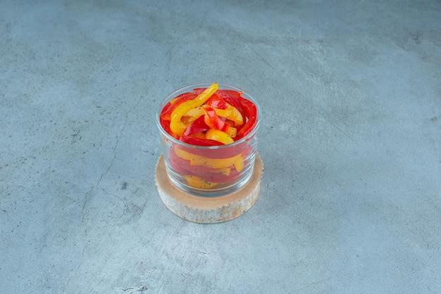 Wielokolorowa sałatka z papryki w szklanym kubku.