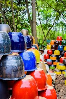 Wielokolorowe ceramiczne miski, kolorowe garnki i filiżanki lub ręcznie wykonane wazony.