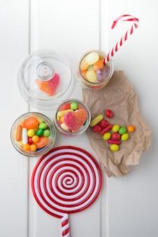 Wielokolorowe cukierki w szklanych słoikach