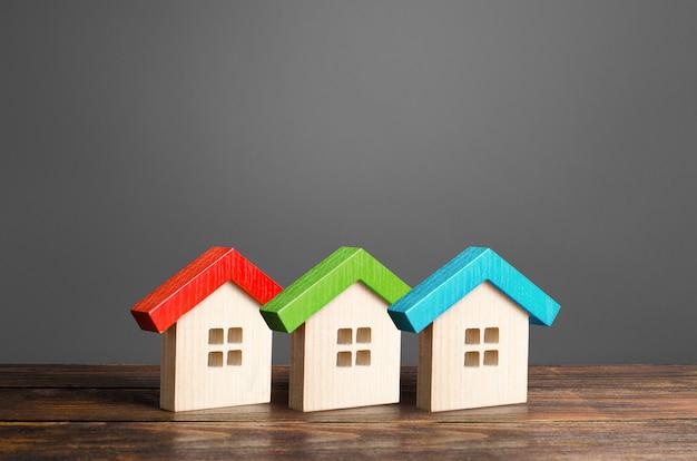 Wielokolorowe drewniane domy. niedroga wygodna obudowa.