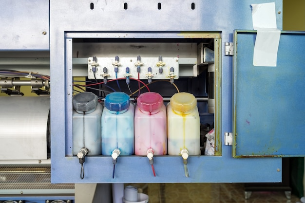 Wielokolorowe gniazdo pojemnika na wkłady z tyłu drukarki atramentowej
