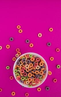 Wielokolorowe jasne suche śniadanie na różowym tle