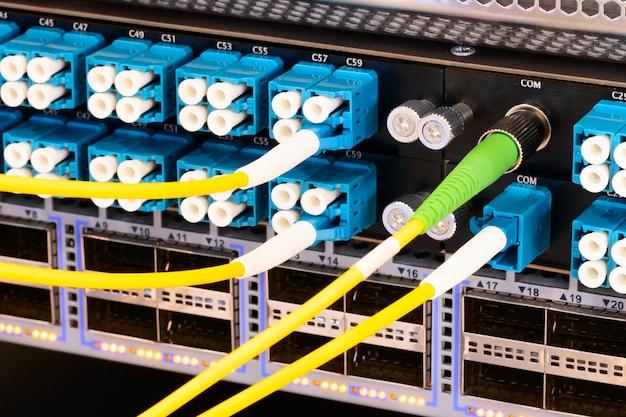 Wielokolorowe kable sieciowe podłączone do przełącznika, koncepcja technologii sieciowej