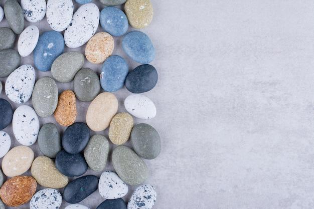 Wielokolorowe kamienie plażowe do dekoracji na ziemi. zdjęcie wysokiej jakości