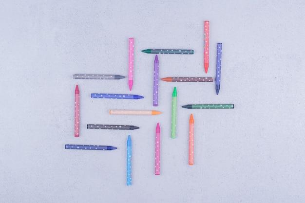 Wielokolorowe kredki lub ołówki w geometrycznej kompozycji
