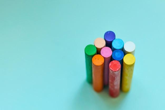 Wielokolorowe kredki, pastele olejne