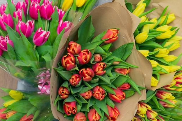Wielokolorowe kwitnące kwiaty tulipanów na sprzedaż w kwiaciarni. widok z góry.