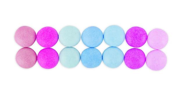 Wielokolorowe okrągłe cukierki na białym tle