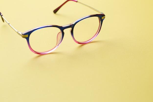 Wielokolorowe okulary na pustej przestrzeni