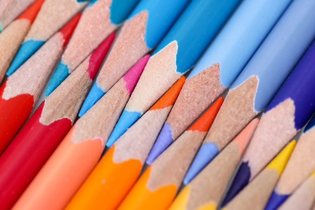 Wielokolorowe ołówki są skierowane ku górze. koncepcja lekcji rysunku ołówkiem