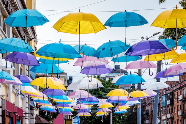 Wielokolorowe parasole w mieście na ulicy. ulicę miasta zdobią parasole