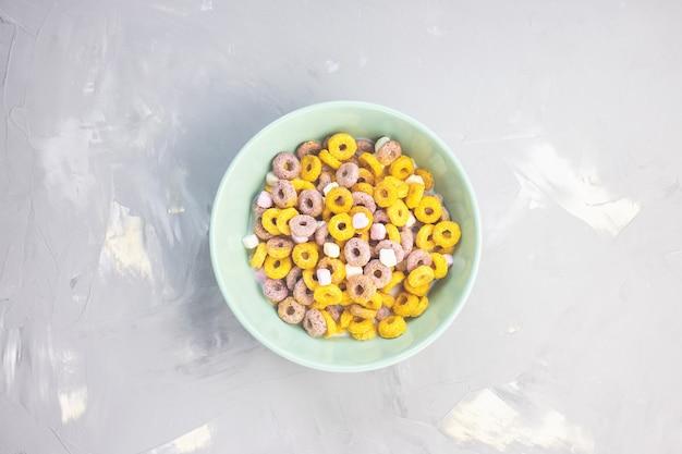 Wielokolorowe pętle owoców w misce