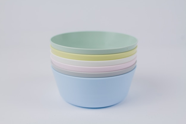 Wielokolorowe plastikowe talerze