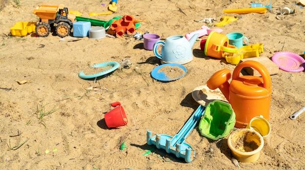 Wielokolorowe plastikowe zabawki dla dzieci w piaskownicy.