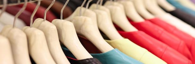 Wielokolorowe skórzane kurtki wiszą na wieszaku w sklepie