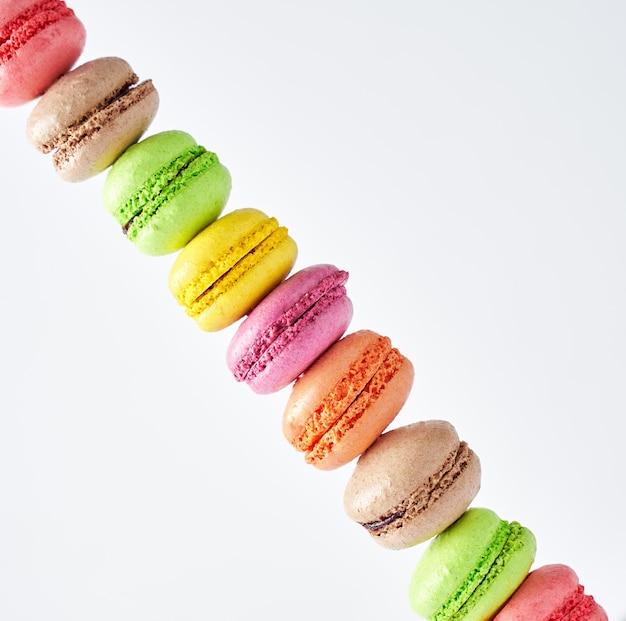 Wielokolorowe ułożone macarons przedstawiające widok zbliżenia ukośnej linii format kwadratowy