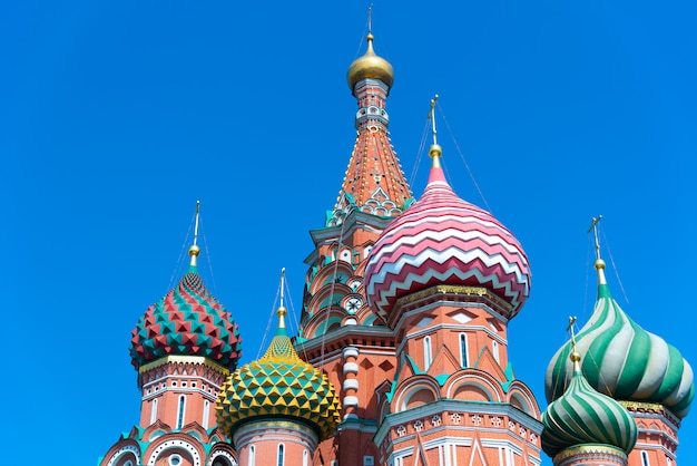 Wielokolorowe wieże katedry świętego bazylego na tle błękitnego nieba